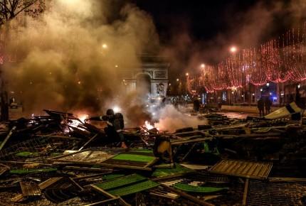 Policía de París usa gas lacrimógeno contra 'chalecos amarillos'