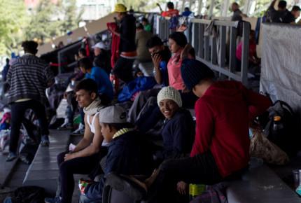 """Cierran albergue de estadio """"Palillo"""" en CDMX; migrantes serán reubicados"""
