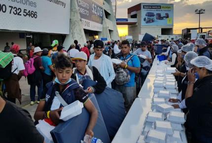 Caravana migrante llega al Estadio Corregidora en Querétaro