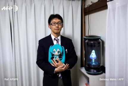 """VIDEO   El hombre japonés que se """"casó"""" con un holograma"""