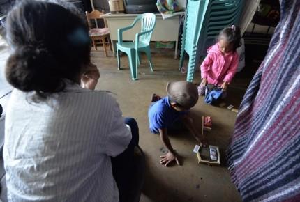 Osos de peluche y carritos 'salvan' a niños de la caravana migrante