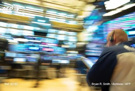 Wall Street cae tras aumento de tasas de la Fed