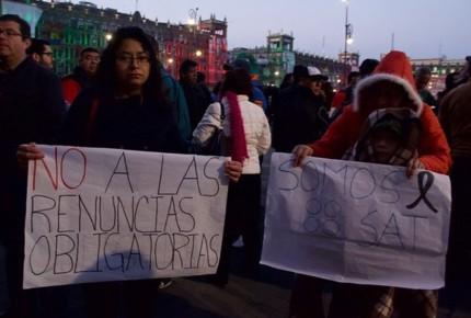 Empleados del SAT protestan; piden a AMLO frene despidos