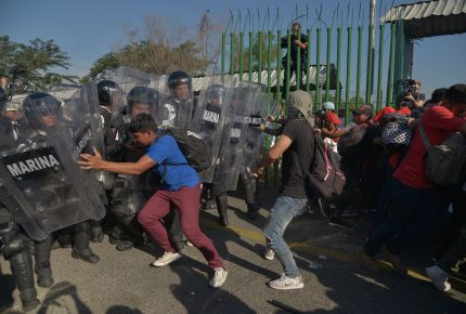 Caravana migrante busca ingresar a México en bloque