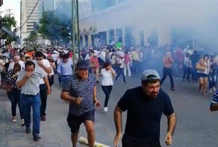 Con gas lacrimógeno, repliegan a manifestantes en Mérida