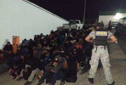 Hallan a migrantes hacinados en dos camiones