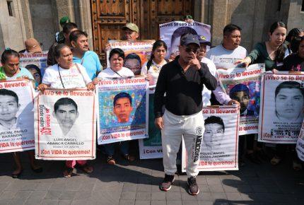 AMLO se reúne con padres de normalistas de Ayotzinapa