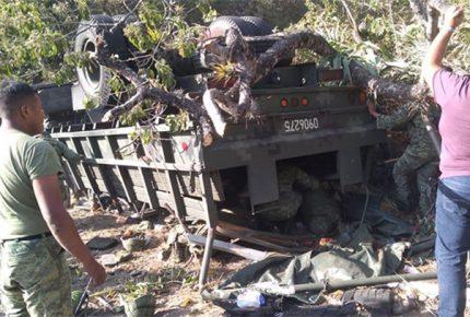 Camión de GN vuelca en Oaxaca; al menos 3 muertos