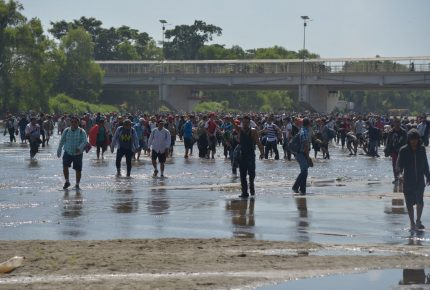 "INM califica de ""irresponsable"" cruce masivo de migrantes"