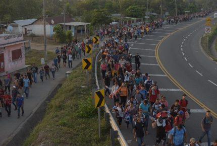 Caravana migrante llega a frontera de México con Guatemala