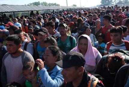 Caravana migrante intenta romper cerco fronterizo en Chiapas
