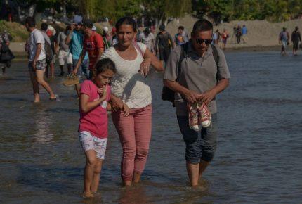 500 migrantes esperan cruzar por la frontera sur de México