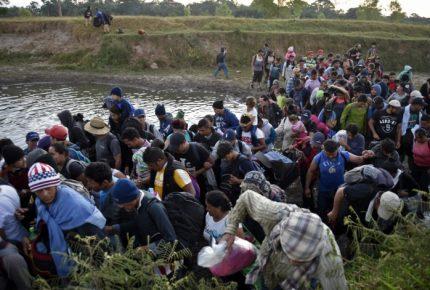 Migrantes cruzan a México por el río Suchiate