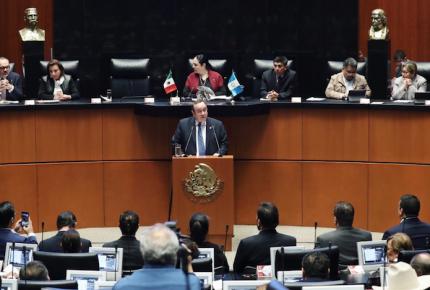 """Giammattei pide en Senado construir """"muro de prosperidad"""""""