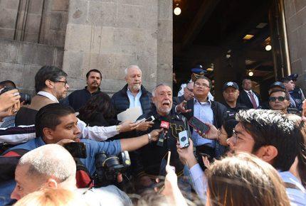 Protestan por sentencia contra Sergio Aguayo en la SCJN