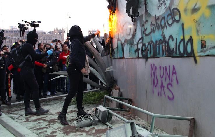 No estamos enojadas, estamos furiosas: feministas en Palacio Nacional