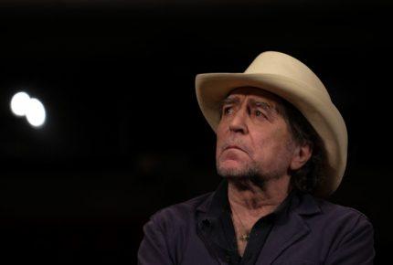 Sacan en camilla a Joaquín Sabina tras caída en escenario