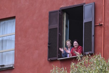 Italianos cantan su himno en solidaridad ante el coronavirus