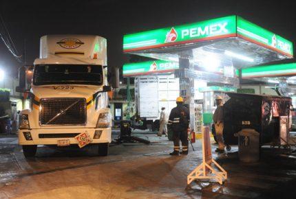 Inestabilidad del peso mantiene en incertidumbre calificación a Pemex
