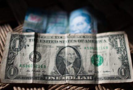 Peso mantiene tendencia al alza; se negocia en 24.11 por dólar