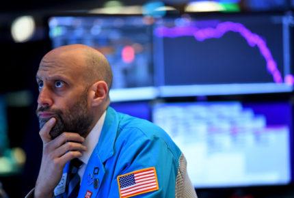 Wall Street cierra con pérdidas ante aceleración de la pandemia