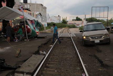 CNTE bloquea vías del tren en tres municipios de Michoacán