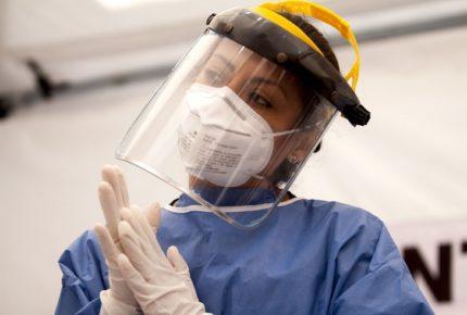 UNAM entrega 4,500 equipos de protección para médicos residentes