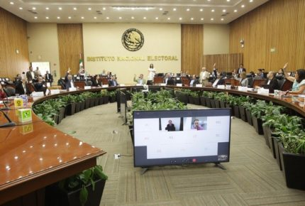 Impugna INE decreto de AMLO para reducir tiempos fiscales