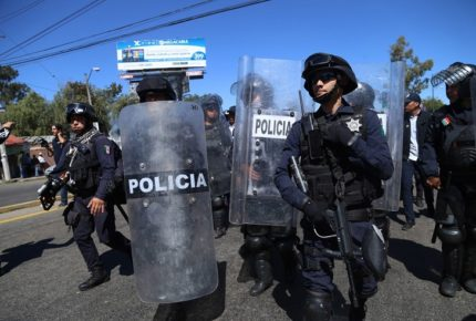 Policías estatales disparan a normalistas en Michoacán