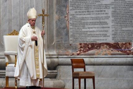 """Papa reza por """"santos de al lado"""" que curan a enfermos de Covid-19"""