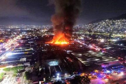 Incendio en mercado de abasto de Oaxaca consume 100 locales