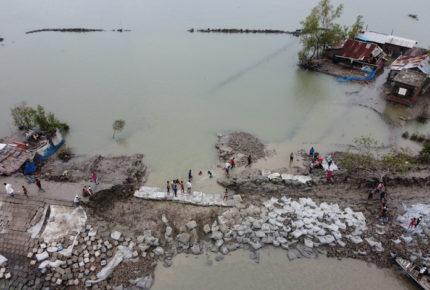 Ciclón deja 84 muertos a su paso por Bangladés e India