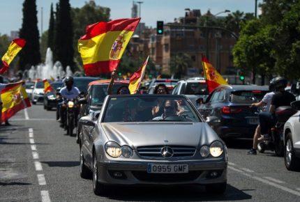 Desde el auto, miles de españoles protestan contra su gobierno