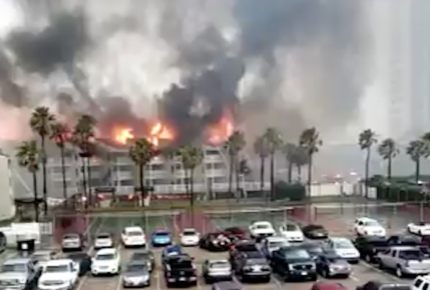 Incendio consume departamentos en la Isla del Padre, Texas