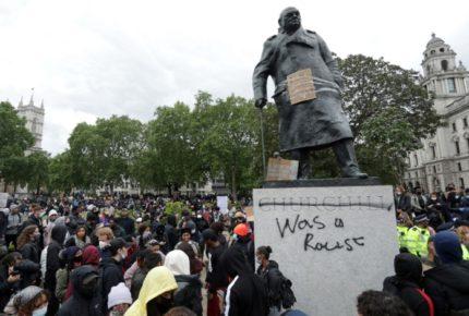 """""""Racista"""", le escriben manifestantes a estatua de Churchill en Reino Unido"""