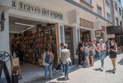 Tras 25 años, librería 'A través del espejo' cierra sus puertas
