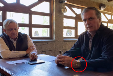 ¿Ebrard intenta esconder su Rolex en video con AMLO?