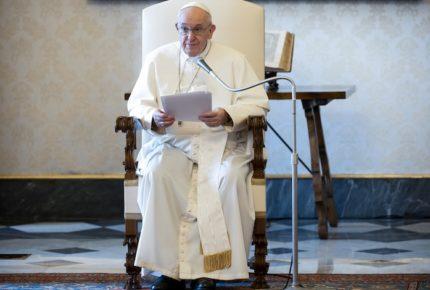 Papa critica indiferencia de quienes se enriquecen con venta de armas y drogas