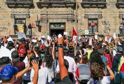 Exigen justicia para Giovanni frente a Palacio de Gobierno en Jalisco