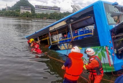 Chofer de autobús causó accidente que dejó 21 muertos en China