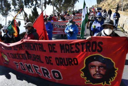Bolivianos desafían la cuarentena y protestan contra Áñez