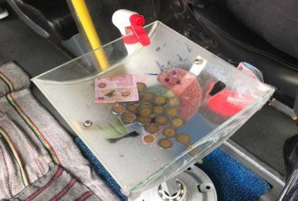 Chófer crea charola sanitizadora de billetes y monedas