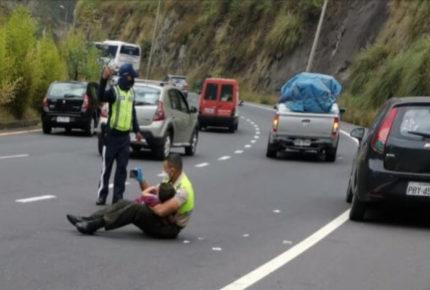 ¡Conmovedor!, policía tranquiliza a niño que presenció accidente vial