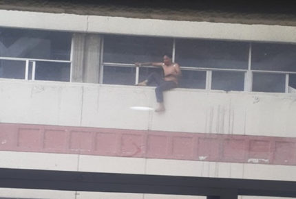 Paciente amenaza con lanzarse del segundo piso de hospital