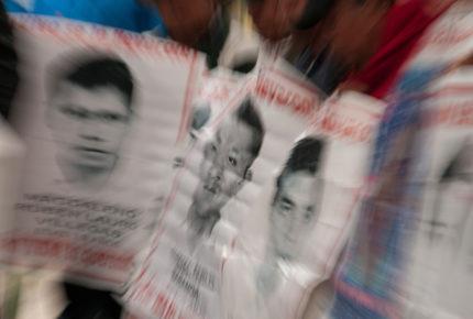 Llegan familiares de los 43 normalistas de Ayotzinapa a la FGR