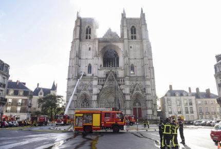 Se incendia catedral gótica de Nantes, en Francia