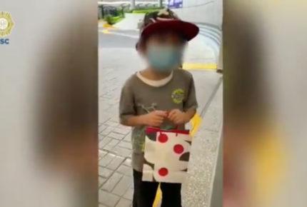 Niño lleva regalo a García Harfuch; 'lo quiero mucho', dice