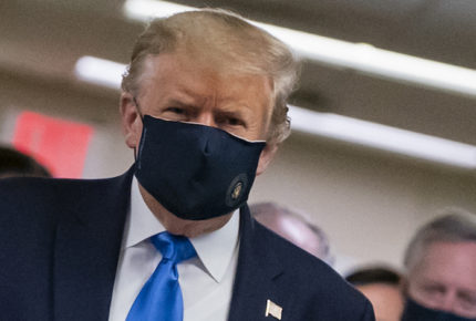 Por primera vez, Trump se deja ver con cubrebocas
