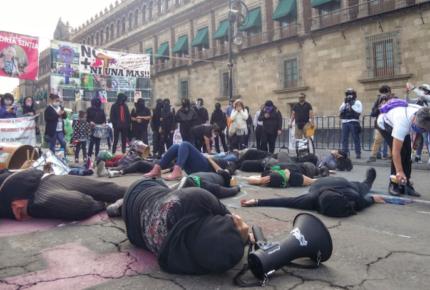 Familiares de víctimas de feminicidio protestan en Palacio Nacional