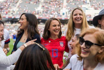 Natalie Portman y otras artistas presentan equipo femenil de futbol